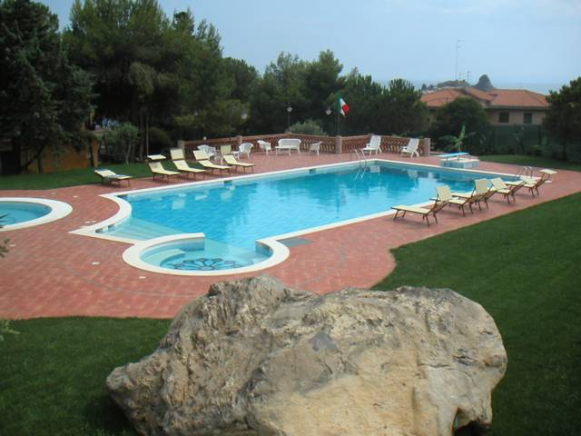 villa-delle-palme-sicily-wheelchair-accessible-swimming-pool-view