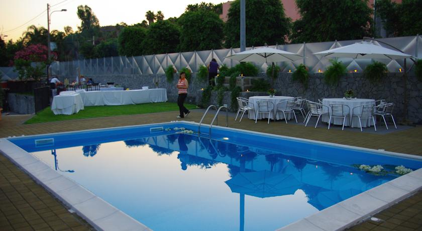 accesible-accomodation-sicily-italy-la-terrazza–pool-area-evening