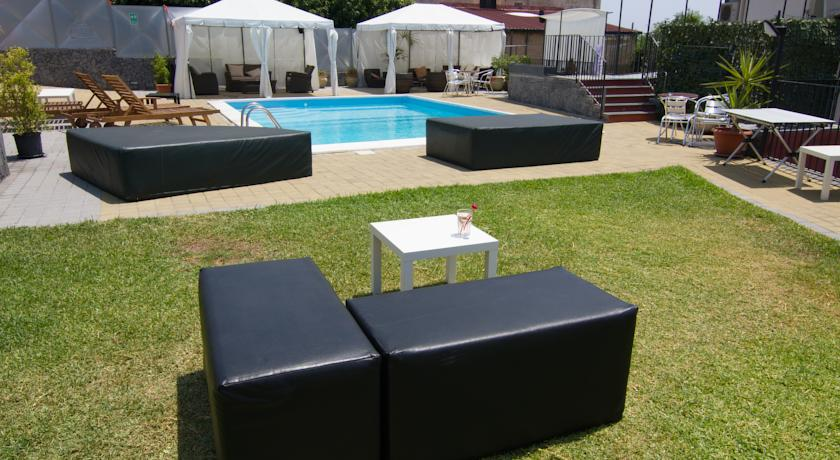 accesible-accomodation-sicily-italy-la-terrazza-pool-area